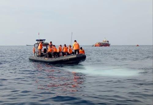 Rettungskräfte bei der Absturzstelle. (Bild: AP Photo/Achmad Ibrahim)