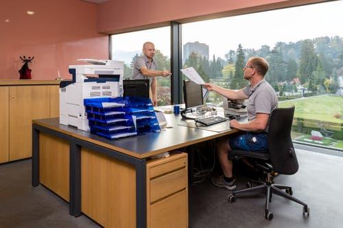 Auch Büroarbeiten gehören zum Arbeitsalltag von Paul Gisler (links) und Roland Zurkirch im Krematorium. (Bild: Philipp Schmidli, Luzern, 16. Oktober 2018)
