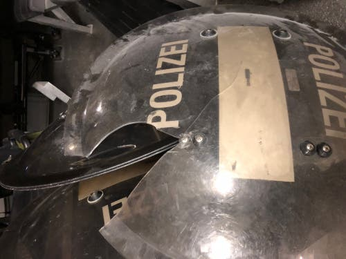 Ein beschädigter Polizistenhelm. (Bild: Stapo SG)