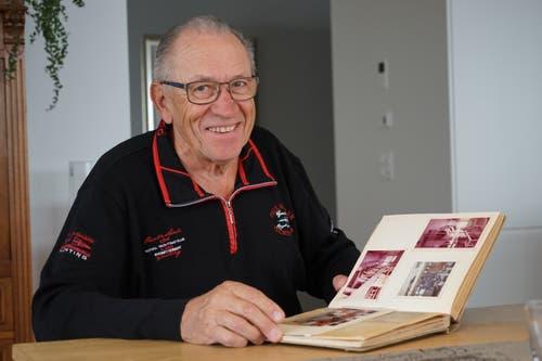 Elmar Wirz zeigt zu Hause in Gossau Fotos, die ihn und das Müllerhandwerk zeigen. (Bild: Sandro Büchler)