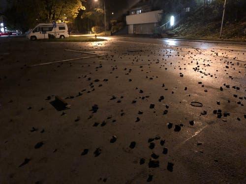 Jede Menge Schottersteine, von Zürcher Chaoten geworfen, liegen herum. (Bild: Stapo SG)