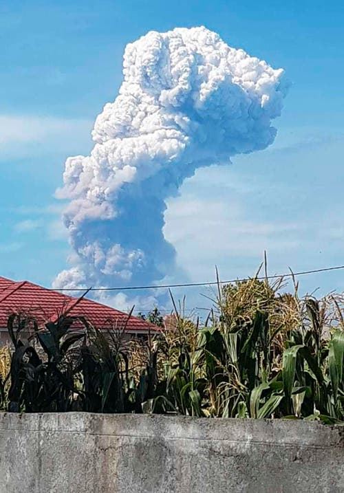 Der Vulkan Soputan sprüht Asche bis zu vier Kilometer in die Luft. (AP Photo/Hetty Andih)