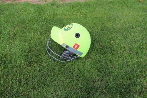 Ein Helm mit Gitter schützt das Gesicht. (Bild: Tim Frei)