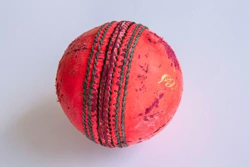 Der harte Cricketball aus Leder wiegt zwischen 155 und 165 Gramm und hat einen Umfang von rund 22 cm. Profis können ihn bis auf 150 Kilometer pro Stunde beschleunigen. (Bild: Ralph Ribi)