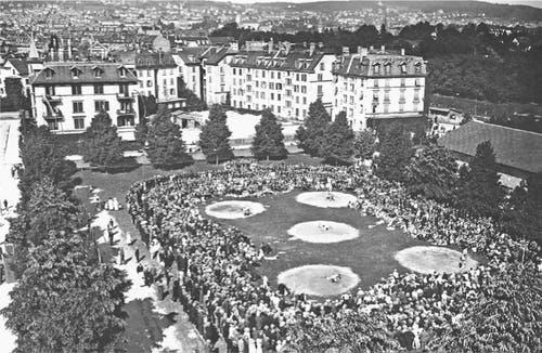 Bereits 1917 in Zürich-Wiedikon war der Besucherandrang beträchtlich. (Bild: Jubiläumszeitschrift Nordostschweizer Schwingerverband)