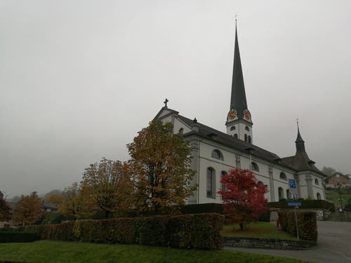 Die Kirche St. Martin in Malters. Trotz des Nebels gibt es, dank der Baumallee in der Martinsgasse, farbige Impressionen. (Bild: Urs Gutfleisch, 29. Oktober 2018)