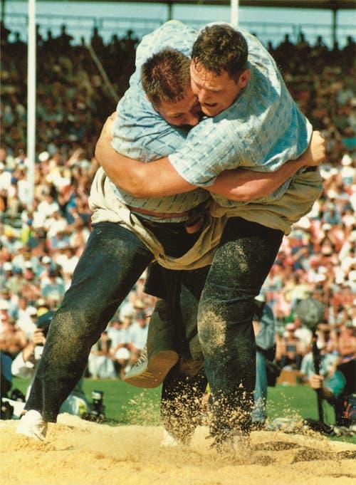 Arnold Forrer (rechts) triumphierte 2001 in Nyon. (Bild: Jubiläumszeitschrift Nordostschweizer Schwingerverband)