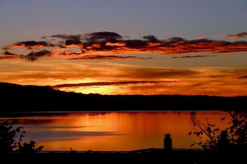 Nach einem verregneten Tag ein prächtiger Sonnenuntergang über dem Zugersee. (Bild: Daniel Keller, Zug, 30. Oktober 2018)