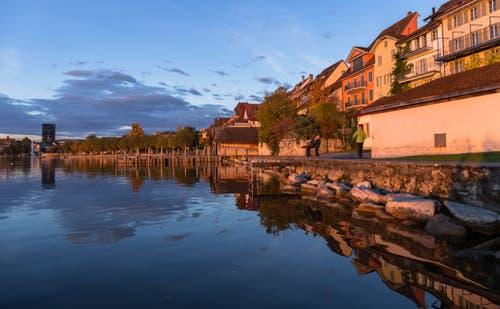 Die letzten Sonnenstrahlen erleuchten die Zuger Altstadt. (Bild: Daniel Hegglin, Zug, 30. Oktober 2018)
