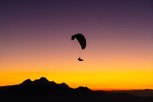 Gleitschirmflieger im Sonnenuntergang. (Bild: Marco Schäfer, Rigi Känzeli, 25. Oktober 2018)