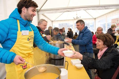 Auch so kennt man Mario Gyr: Suppen schöpfen für einen guten Zweck. (Bild: Eveline Beerkircher (Luzern, 24. November 2016))