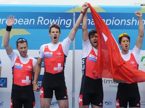 Simon Niepmann, Lucas Tramer, Mario Gyr and Simon Schürch werden Europameister (Bild: Alik Keplicz / AP (Poznan, 31. Mai 2015)