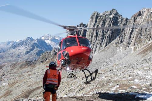 Ein Helikoper von Swiss Helicopters im Anflug im Gebiet Oberalppass. (Bild: Urs Flüeler/Keystone (Oberalppass, 4. Oktober 2018))