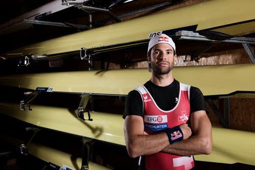 Mario Gyr posiert vor seinem Boot (Bild: Christian Egelmair / Red Bull)
