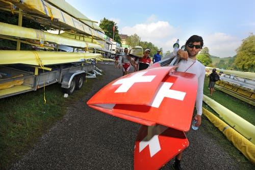 Mario Gyr vom Leichtgewichts Vierer auf dem Weg ins Wasser (Bild: Eveline Beerkircher (Luzern, 24. Mai 2012)