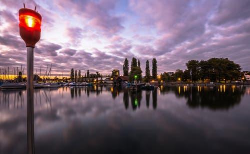 Abendstimmung am Bootshafen Zug. (Bild: Daniel Hegglin (Zug, 3. Oktober 2018))
