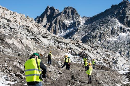 Ein Schutzwall wird gebaut, zum Schutz der Bergstation. (Bild: Urs Flüeler/Keystone (Oberalppass, 4. Oktober 2018))