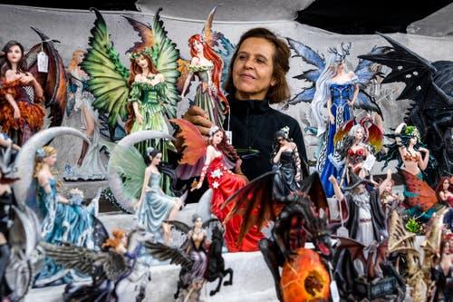 Monika Andenmatten umringt von Fantasiefiguren. (Bild: Philipp Schmidli (5. Oktober 2018))