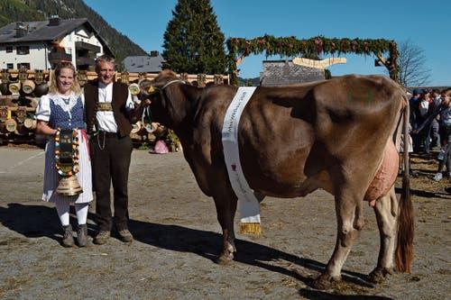 Fabienne und Peter Frei mit der Kuh Sereina, der «Miss Wildhaus». (Bild: Adi Lippuner)