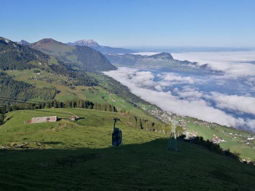 Die Luftseilbahn Emmetten-Niederbauen fährt in die Bergstation ein. (Bild: Urs Gutfleisch (5. Oktober 2018))