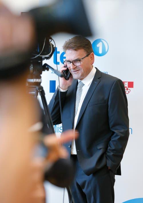 Auch Beat Villiger wurde erneut in die Zuger Regierung gewählt. Bei seiner Ankunft im Wahlzentrum musste er den Medien Red und Antwort stehen. (Bild: Stefan Kaiser (Zug, 7.Oktober 2018))