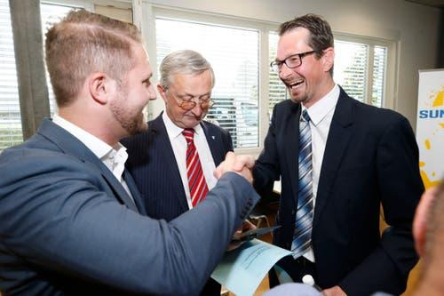 Philip C. Brunner (SVP, Mitte) hat die Wahl in den Stadtrat verpasst. Urs Raschle (CVP, rechts) wurde bestätigt. Es gratuliert Gregor Bruhin (SVP). (Bild: Stefan Kaiser (Zug, 07.Oktober 2018)