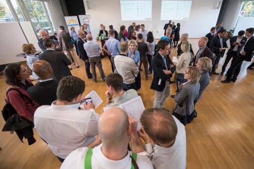Die Abstimmungsresultate werden im KBZ eingehend studiert. (Bild: Urs Flüeler/Keystone (Zug, 7. Oktober 2018)