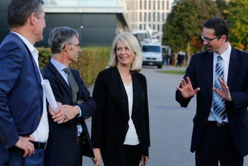 Neu im Zuger Stadtrat ist die freisinnige Eliane Birchmeier, hier im Gespräch mit ihren neuen Ratskollegen André Wicki (von links), Karl Kobelt und Urs Raschle.(Bild: Stefan Kaiser (Zug, 7.Oktober 2018))