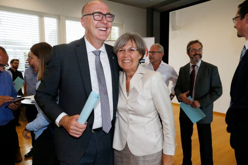Martin Pfister und Silvia Thalmann (beide CVP) freuen sich über die Wahl in die Zuger Regierung. (Bild: Stefan Kaiser (Zug, 07.Oktober 2018))