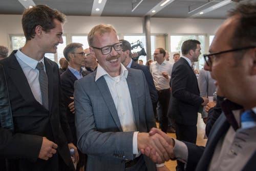 Gratulationen für den neuen Regierungsrat Andreas Hostettler (FDP, Mitte). (Bild: Urs Flüeler/Keystone (Zug, 7. Oktober 2018))
