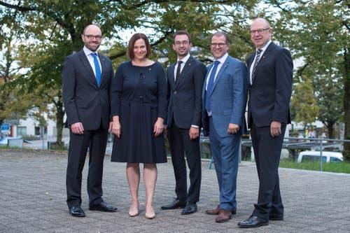 Der neu gewählte Gemeinderat von Cham (von links): Arno Grüter (FDP), Christine Blättler-Müller (CVP), Drin Alaj (SP), Georges Helfenstein (CVP) und Rolf Ineichen (SVP). (Bild: Maria Schmid (Cham, 07. Oktober 2018 ))