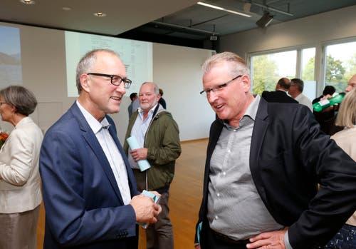Ständerat Peter Hegglin (CVP, links) und Regierungsrat Heinz Tännler (SVP) im Gespräch. (Bild: Stefan Kaiser (Zug, 07.Oktober 2018))