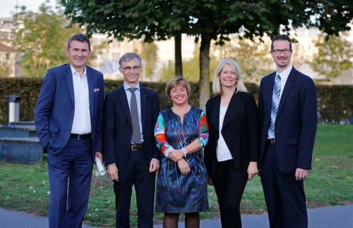 Fototermin: Der neue Stadtrat von Zug (von links) mit André Wicki, Karl Kobelt, Vroni Straub, Eliane Birchmeier und Urs Raschle. (Bild: Stefan Kaiser (Zug, 7.Oktober 2018))
