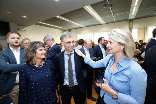 Karl Kobelt hat die Wiederwahl als Stadtrat geschafft. Birgitt Siegrist, Geschäftsführerin FDP Zug gratuliert. Ganz links Kobelts Partnerin Silvia Troxler.(Bild: Stefan Kaiser (Zug, 7.Oktober 2018))