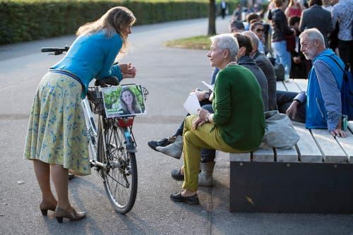 Stadtrats-Kandidatin Astrid Estermann, links, von den Alternative-die Grünen Zug, ist in ein Gespräch vertieft. (Bild: Urs Flüeler/Keystone (Zug, 7. Oktober 2018))