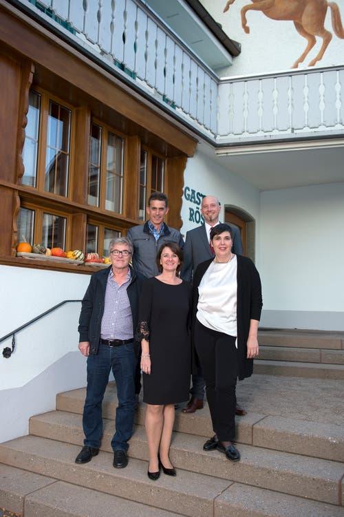 Die Gewinner der Gemeinderatswahlen in Steinhausen (von links): Hans Staub (CVP), Markus Amhof (CVP), Esther Rüttimann (FDP), Christoph Zumbühl (Grüne) und Carina Brüngger (FDP). (Bild: Maria Schmid (Steinhausen, 7. Oktober 2018 ))