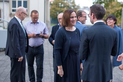 Die Chamer Gemeinderätin Christine Blättler-Müller (vorne) mit Drin Alaj im Gespräch.(Bild: Maria Schmid ( Cham, 07. Oktober 2018 ))