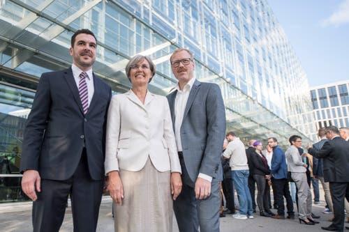 Die neuen Zuger Regierungsräte Florian Weber (FDP, links), Silvia Thalmann (CVP) und Andreas Hostettler (FDP) posieren anlässlich der Gesamterneuerungswahlen. (Bild: Urs Flüeler (Zug, 7. Oktober 2018))