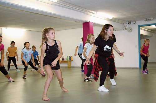 Vanessa Sicher (ganz rechts) gibt beim Tanzen den Takt an und führt die 15 Teilnehmer in die Welt des Hip-Hop ein. Zusammen studieren sie beim Ferien(s)pass eine Choreografie ein. (Bild: Remo Infanger (Altdorf, 8. Oktober 2018))