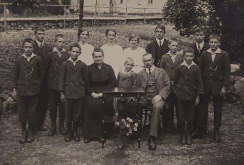 Burkhard und Emma Huwyler-von Moos mit ihren 13 Kindern. Das Bild dürfte um zirka 1925 entstanden sein. (Bild: PD)
