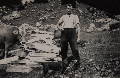 Vater Albin Huwyler beim Holzen auf der Alp Unterboden. (Bild: PD)