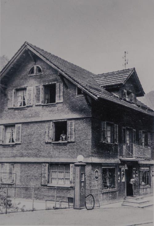 Von einem der Huwyler-Söhne Mitte der Dreissigerjahre erstellt: Die erste Tankstelle in Melchtal. Sie wurde 1976 geschlossen. (Bild PD)