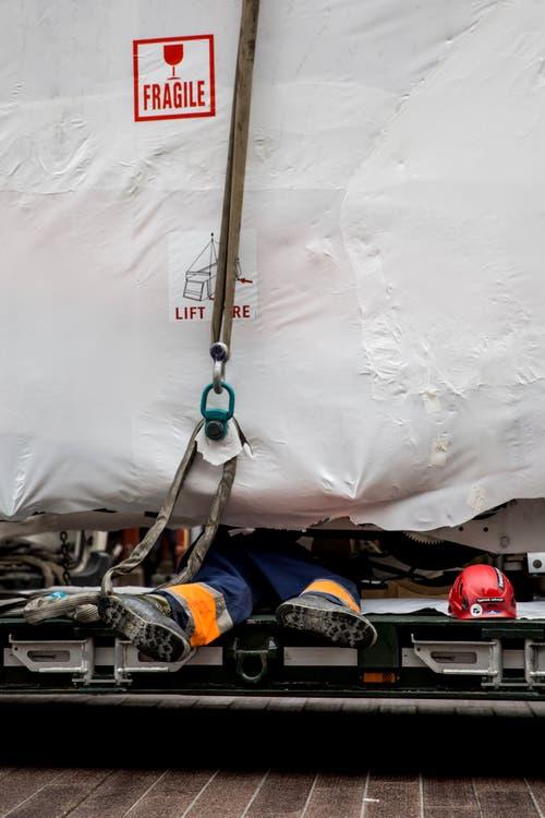 Das Vorhaben verlangt den Arbeitern vollen Körpereinsatz ab. (Bild: Mareycke Frehner)