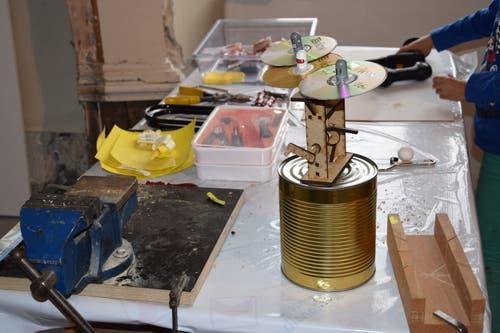 Um solche Werke wie die CD-Untertassen zu kreieren, brauchten die Kinder viel Werkzeug.