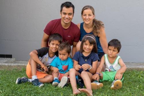 Rajendra und Daniela Khadka-Herger aus Seedorf zusammen mit ihren vier Kinder. (Bild: PD)