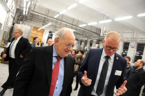 Besuch von Bundesrat Johann Schneider-Ammann am FDP-Partetag Obwalden in der Käserei Seiler in Giswil. Auf dem Rundgang hier mit VR-Präsident Hansruedi Aggeler (rechts)(Bild: Markus von Rotz (Giswil, 31. Oktober 2018))