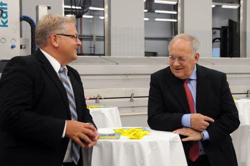 Besuch von Bundesrat Johann Schneider-Ammann am FDP-Partetag Obwalden in der Käserei Seiler in Giswil. Hier im Gespräch mit seinem persönlichen Mitarbeiter Yves Weidmann. (Bild: Markus von Rotz (Giswil, 31. Oktober 2018))