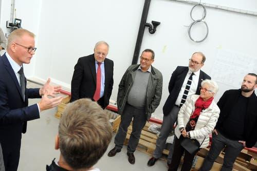 Besuch von Bundesrat Johann Schneider-Ammann am FDP-Partetag Obwalden in der Käserei Seiler in Giswil. Auf dem Rundgang hier mit VR-Präsident Hansruedi Aggeler (links)(Bild: Markus von Rotz (Giswil, 31. Oktober 2018))