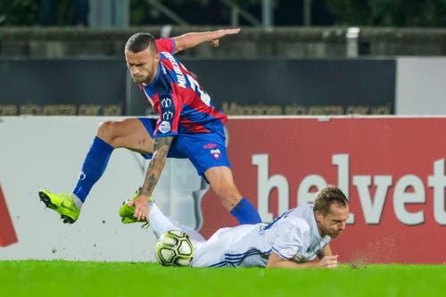 Luzerns Christian Schwegler (rechts) im Duell mit Chiassos Nicolae Milinceanu. (Bild: Martin Meienberger / Freshfocus (Chiasso, 1. November 2018))