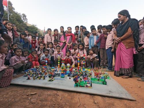 Die Lego Foundation spendete farbige Legosteine. Die Mädchen und Buben kannten Legos zuvor nicht. (Bild: PD)